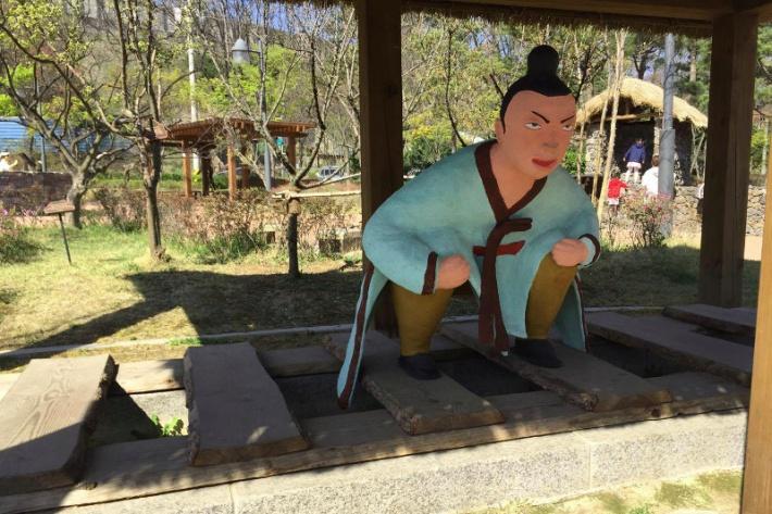 Szöuli wc-múzeum - Kakiló szobor
